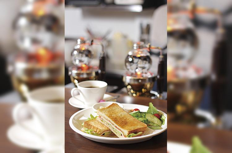 弥彦芸妓が運営する『喫茶 花うさぎ』。コーヒーや サンドイッチなどを提供。営業時間は10~16時。無休