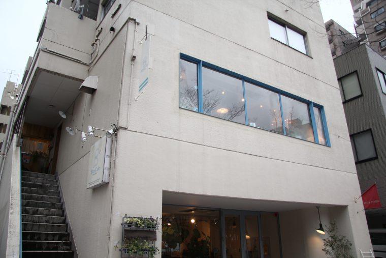 お店は通り沿いに建つビルの2階。 わくわくしながら階段を上がって入店します