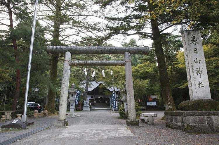神社は春日山城跡に登頂するための起点 となる場所にある