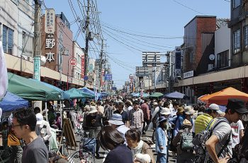 新津本町通りを歩行者天国にして行なわれるフリーマーケット