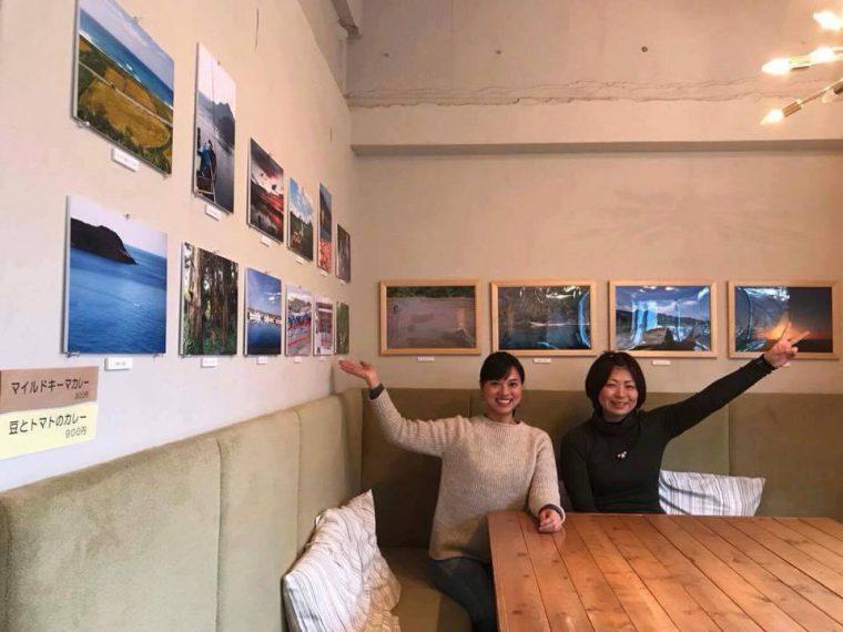 写真展では、地域おこし協力隊の小林さん(右)と重森さん(左)が撮影した相川エリアのさまざまな風景写真が飾られました