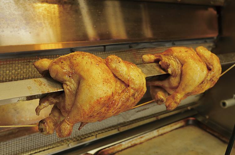 『ロティサリーチキン』は鶏を 羽丸ごとグリル。余分な脂が落ちヘルシー