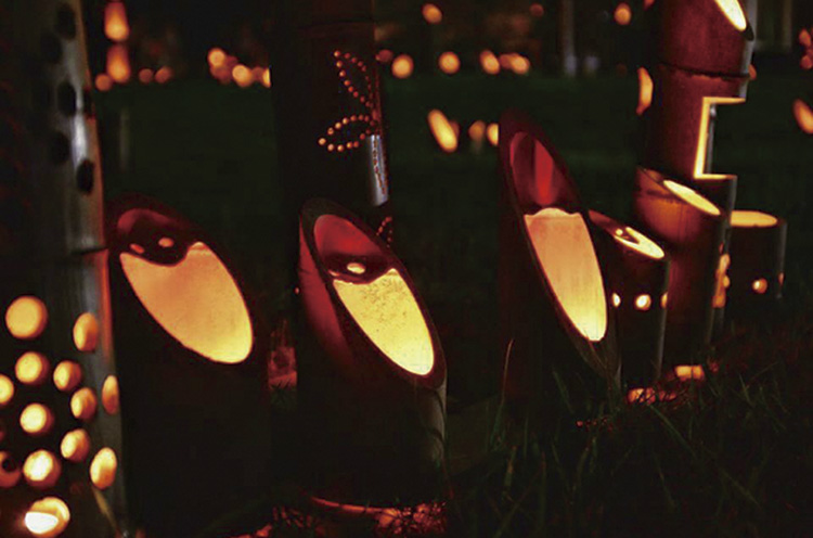 幻想的な竹灯籠の灯りに包まれながら、コンサートが楽しめる