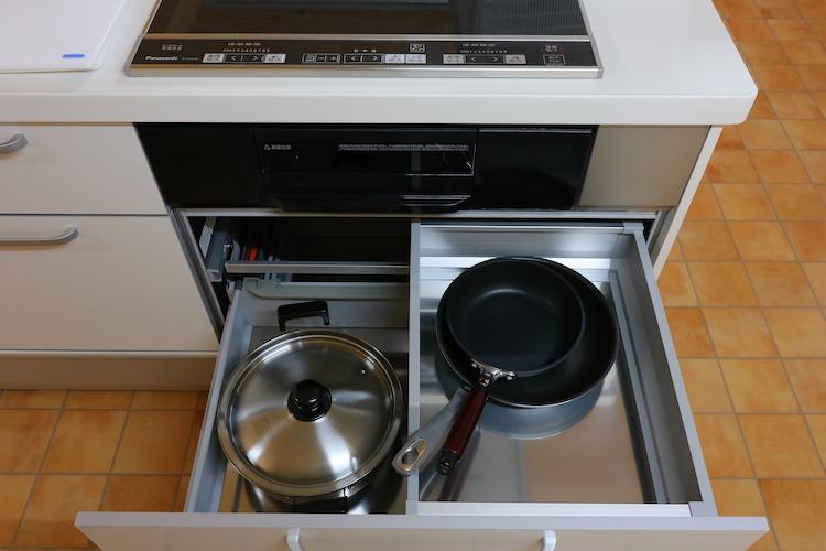 引き出しの中には、わりと大きめなお鍋まで! 包丁も用意されていて、まるで家庭科室!?