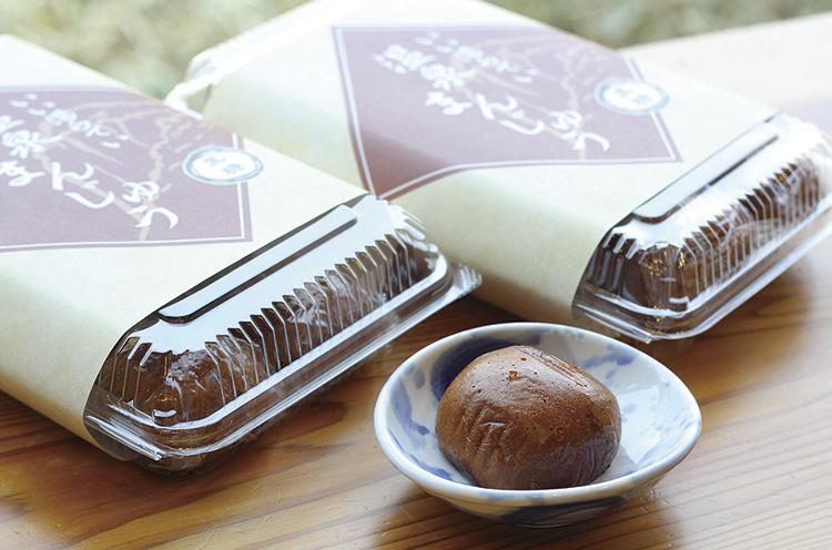 モチモチとした食感の黒糖生地がおいしい『いい湯らてい 温泉ま んじゅう』(8個入り・720円) 。お土産のどうぞ