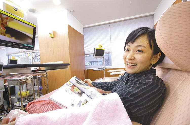 採血中も好きな雑誌が読めるのがいいですね。友達や家族を誘って、レッツ献血へ!