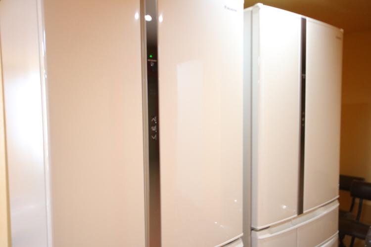 全室に小型(と言っても2ドア)冷蔵庫がありますが、共用キッチンにも大型冷蔵庫があります。
