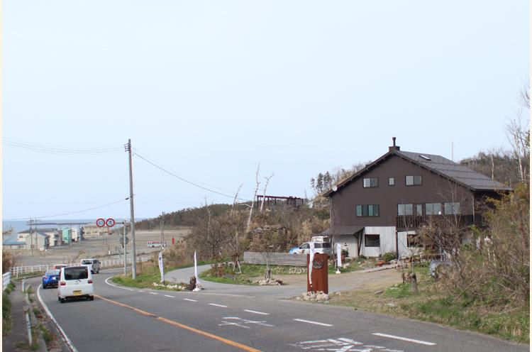 お店から海まで徒歩5分!の海岸線にあります