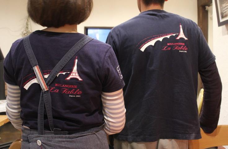 スタッフ着用のTシャツとエプロンは姿子さんがデザイン