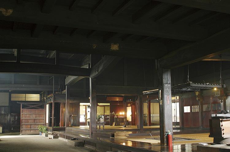 大黒柱はじめ各柱、天井の梁材はケヤキの巨木良材 を木取って組まれていてる