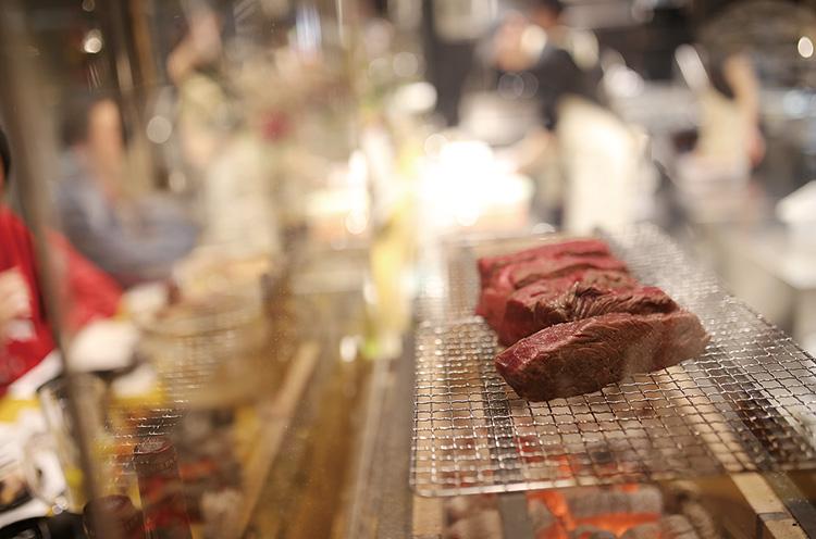 肉の向きや火の入れ方など、焼き方にとことんこだわっているのは、肉山の姉妹店ならでは