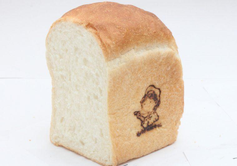 『淳ちゃんの山型食パン』(1斤302円)。家庭料理研究家である哲栄さんの母・淳子さんが焼いていた食パンがルーツ。シンプルながら味わい深いパン