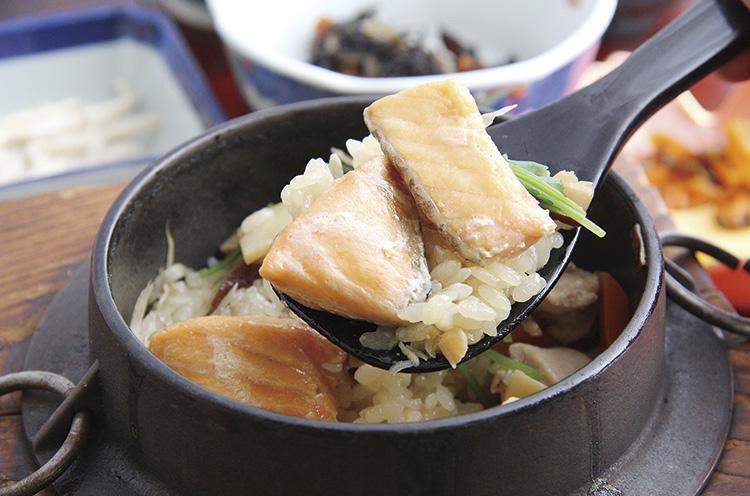 素材の旨味が凝縮された釜飯は人気メニュー