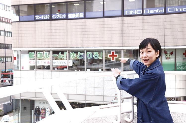 ビルの2Fの窓に赤十字のマークを発見!