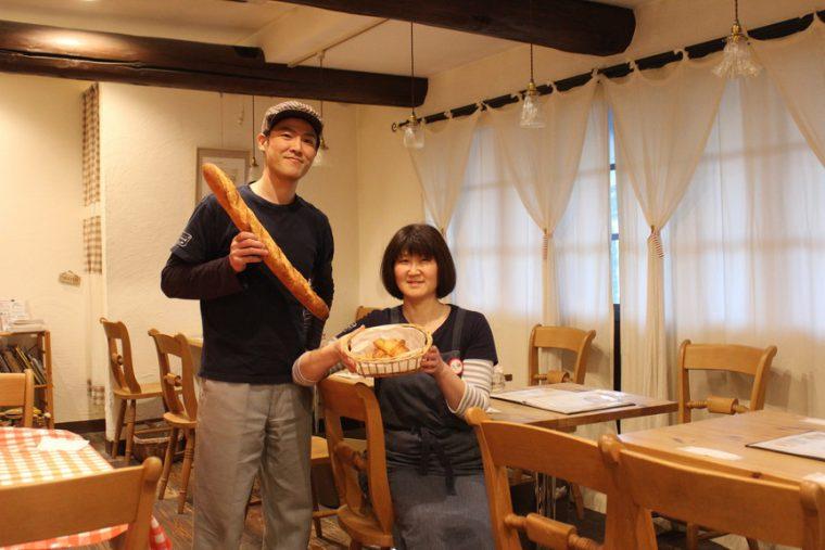 La Table店内のカフェ、…et puis les chaisesにて。左がLa Table社長の佐藤哲栄さん、右が奥様・姿子さん