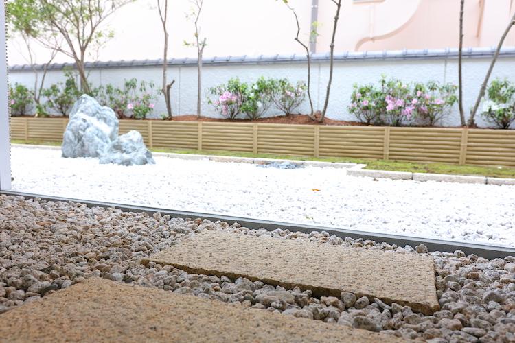 石畳も敷かれ、枯山水こそありませんがこの立地でお庭付きです。自室の前なら小さな鉢植えもOK?