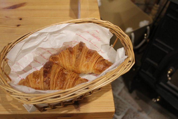 『クロワッサン』(1個151円)。哲栄さんがフランスで食べて感動したクロワッサンを再現。フレッシュバターの香りを存分に楽しんで