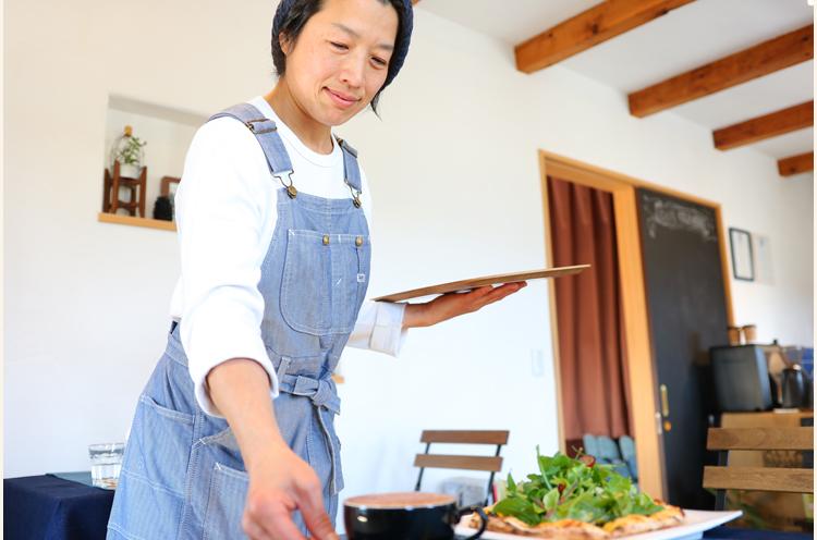 野菜やフルーツを使ったマフィンなどのスイーツは奥様が担当。インテリアコーディネーターでもある奥様が手掛けた空間はオシャレながら居心地がいい