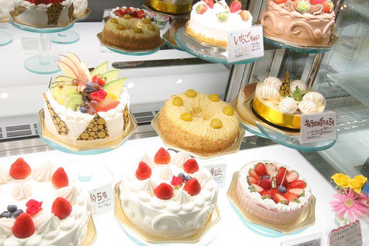 旬のフルーツを使った生ケーキが充実しています。注目は、数種類のデコレーションケーキが常時ショーケースに用意されているので、急な入り用の時は大助かり。覚えておきたい情報です。