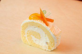 オレンジのゼリーとシロップ漬けのオレンジで仕上げた夏向けロール