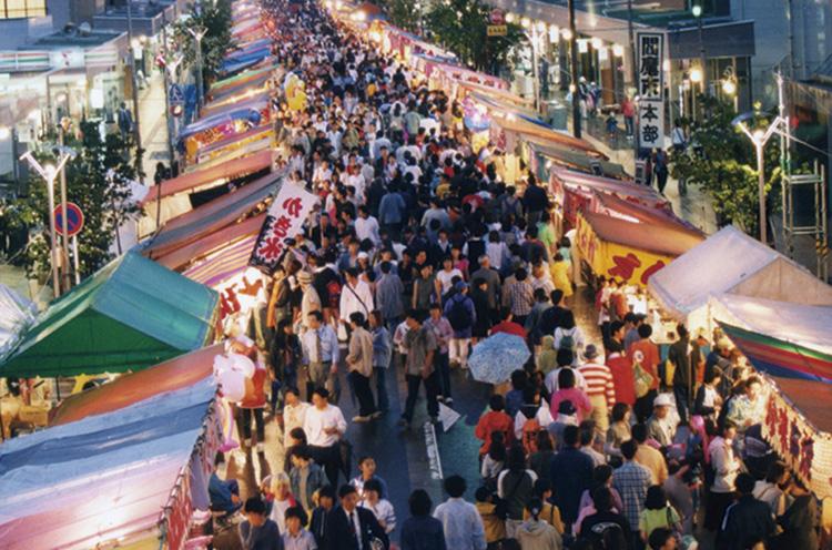 村上市の村上大祭、新潟市の蒲原まつりとともに、新潟三大高市(たかまち)の一つ。毎年20万人を超す見物客でにぎわう