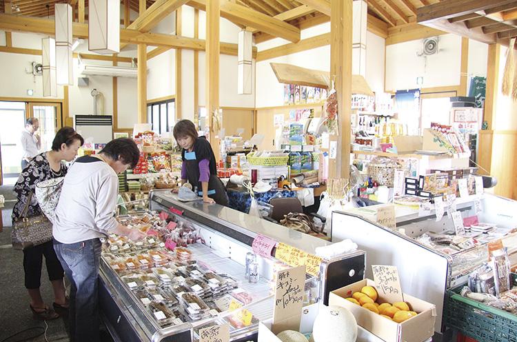 お米やもち、野菜、農家さんが作った漬物など関川村の名産品がいっぱい
