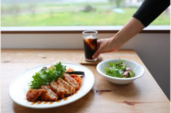 田園風景を眺めつつ野菜たっぷりの料理を食べよう