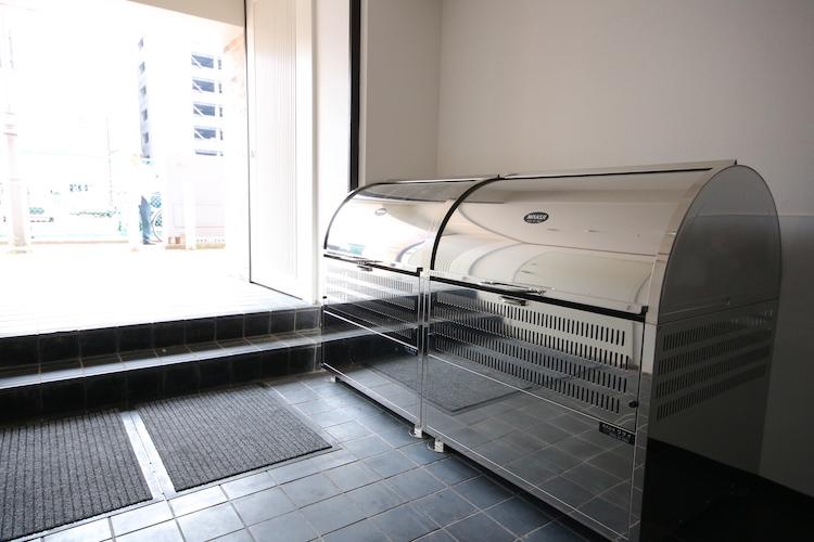 大きめのゴミ置場が棟内に。雨の日でも濡れることなくゴミ出しができますね。マナーよく使いましょう。
