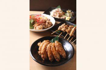 手羽先唐揚げ、鶏タタキポン酢、特製鶏白湯麺…。自慢の鶏料理が多彩に揃う
