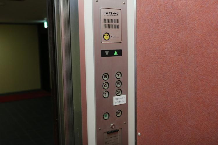 引っ越しの時でも充分な大きさを備えたエレベーター。