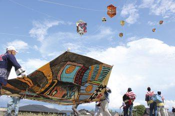 【見附市】六角形の大きな凧が、刈谷田川の両岸を舞台に激しい空中戦を繰り広げる