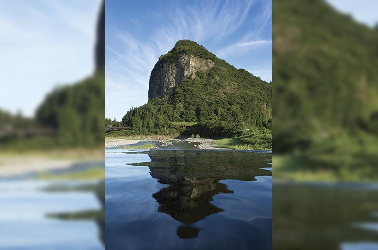 露天風呂から望むことができる八木ヶ鼻は、その素晴らしい景観 から「新潟県景勝100選」に選ばれている。岩肌が太陽に照らさ れている姿は神々しくもある