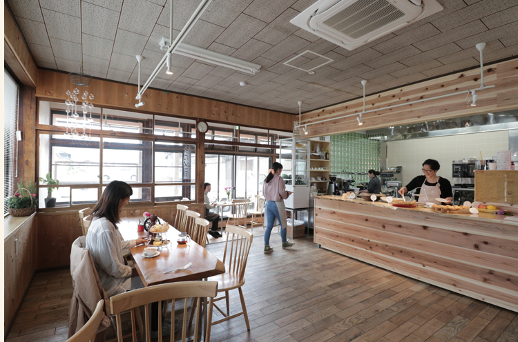 大きな窓から日差しが入り込む明るい店内は、店主・三川さんの陽気な人柄もにじみ出ているかのように温かみを感じる居心地のいい空間。おひとり様の利用も大歓迎!