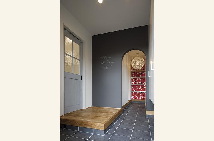 玄関から奥の土間までつながり、壁はRでデザインして黒板仕様となっている
