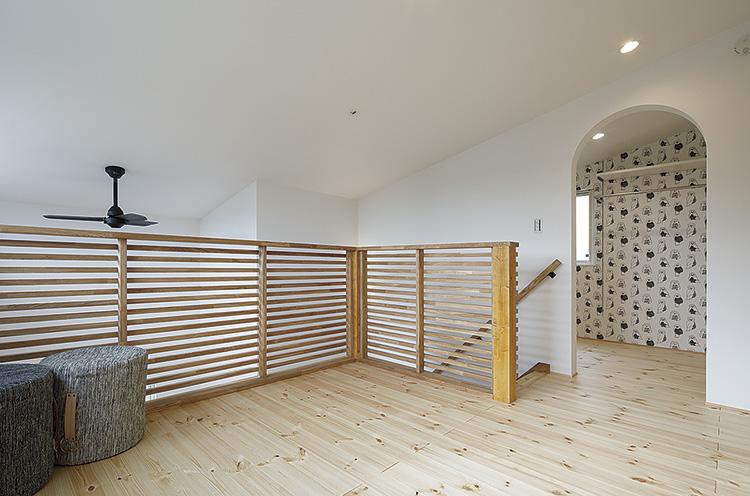2階のロフトはフリースペースと物干しを兼ねた設計