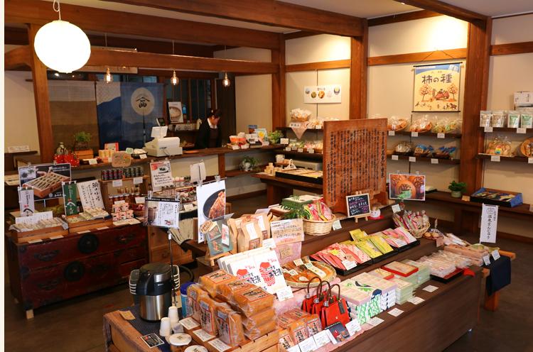 店内。味噌に限らず、さまざまな商品が並んでいます。味噌や味噌漬けの試食もできますよ