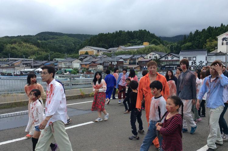 佐渡市赤泊港での撮影風景。みんな特殊メイクしてますね〜。
