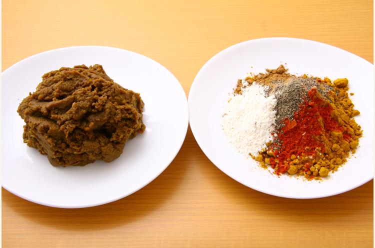 カレー粉をベースにいろんなスパイスを調合。右の飴色玉ネギもおいしさを大きく左右します