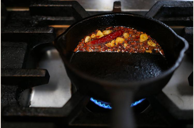 スパイスオイルにガーリック、ハバネロを加えて加熱。『パンドラの匣』にはこちらをかけて完成。スプーンを入れると、まるで「匣が開く」ようにスパイスの香りが広がる