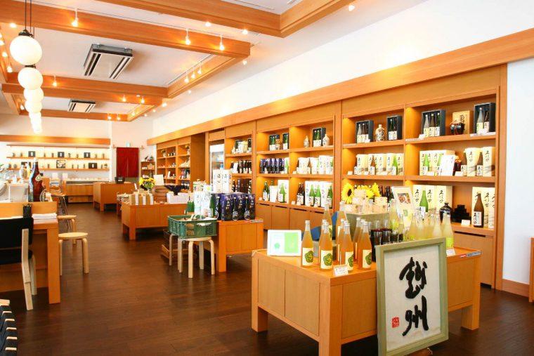 隣には、朝日酒造のお酒や珍味、酒具が揃う酒楽の里 あさひ山というショップもあります。食後は、ゆっくりお買い物タイムですね