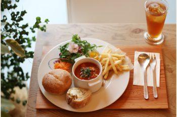 英国式庭園にあるカフェで、優雅なティータイムを