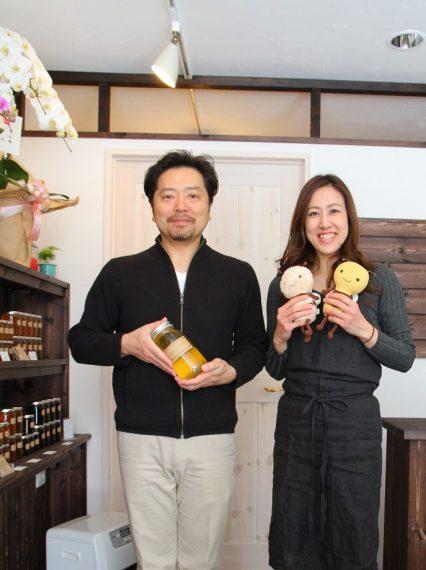 お店で対応してくれるのは、近藤さん(左)か、ハチミツアドバイザーの青池さん(右)。気軽に訪ねてみてください!!