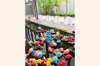 海の生き物たちが「キナーレ 明石の湯」の大浴槽にたくさん浮かびます!