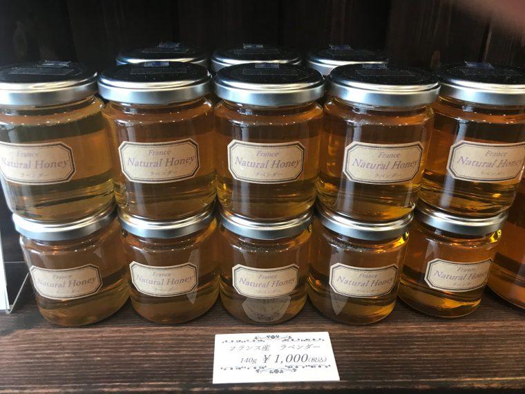 『ラベンダー』1,000円~ 外国産のハチミツもあって、こちらの原産国はフランス。上品な酸味とさっぱりした甘みで、桜餅を思わせるハーブが香る華やかな味わい。紅茶に入れたりするのも良さそう