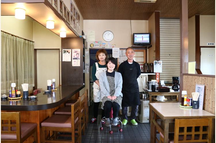 「恥ずかしいわ~」を30周年記念にと説得。髙槻さん夫妻とスタッフの大塚さん(左)