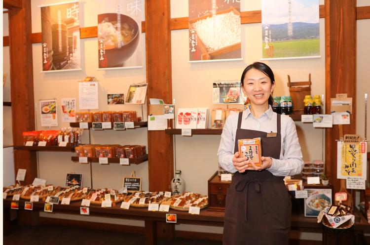 「県産大豆・コシヒカリ、天日塩などを用い、木桶で味噌を仕込んでいます」と小林店長。昔ながらの味わいが楽しめる味噌漬けもおすすめ