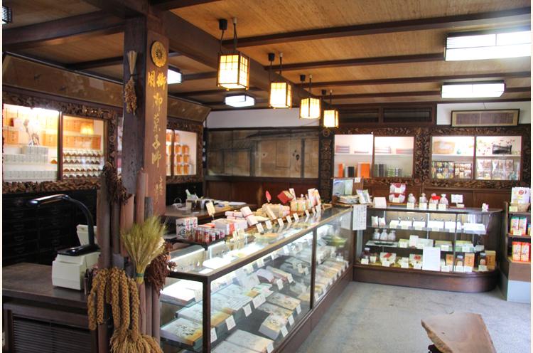 江戸時代創業で日本最古の飴屋として 知られる店。看板商品は『粟飴』『翁 飴』『笹飴』。国の有形文化財に登録さ れている店舗にも注目