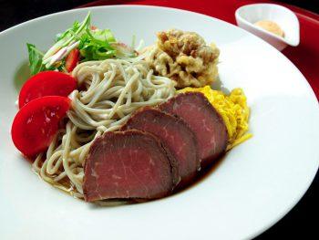 超お得な平日限定メニュー第6弾は、ローストビーフと牛スジ天ぷらの豪華中華風蕎麦。6月29日(金)まで提供中