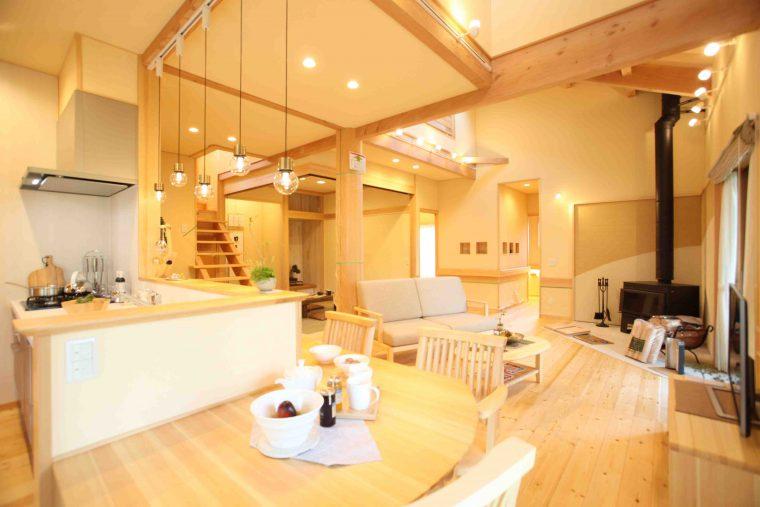 斜天井・丸柱で夢ハウスの得意とする大空間を演出。キッチンからはその大空間が見渡せる