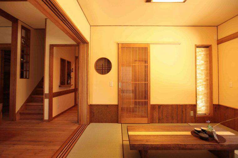 丸窓がアクセントになった和モダンな空間。ふすま紙に唐紙を使うなど、こだわりの和室